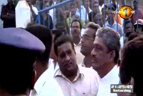 Sarath Fonseka says group obstructed propaganda rally of Democratic Party