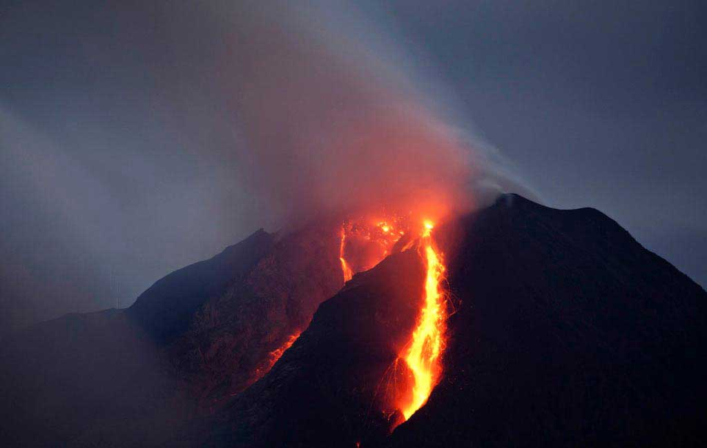 Indonesian volcano erupts – international airports closed