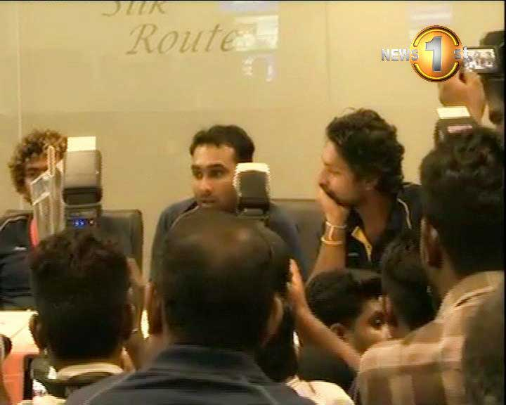 Cheering fans escort T20 World Cup champions to Colombo (Video)