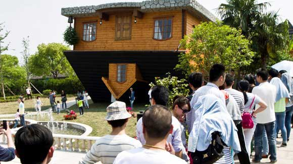 Take a look around China's upside-down house (‍Video)