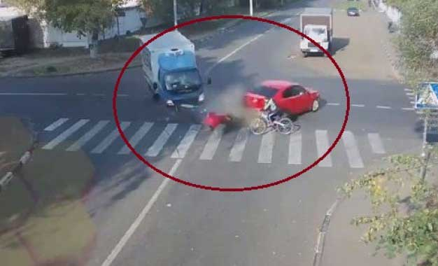 Watch Report: Luckiest cyclist in Russia and quite possibly the world