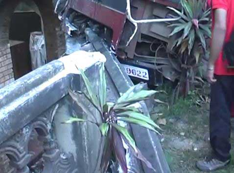 Students hospitalised as school bus crashes into Mawanella house (Video)