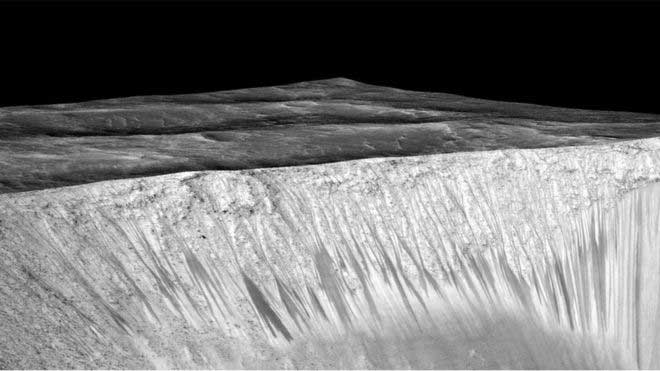 Martian salt streaks 'painted by liquid water'