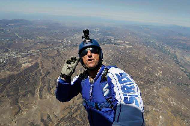 Skydiver leaps from 25000ft with no parachute