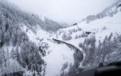Alps snow strands thousands of tourists in Switzerland